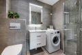 Videre er badet utstyrt med åpen dusjplass med innfellbare dusjvegger og regnfallsdusj. Vegghengt toalett med soft close og opplegg for vaskemaskin. Badet fremstår delikat og moderne, og ble pusset opp av fagfolk i 2015.