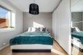 Leiligheten har to gode soverom. Hovedsoverommet har god plass til dobbeltseng med tilhørende nattbord.