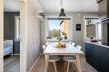 Leiligheten har et stort og lekkert kjøkken med fin plass til spisebord ved vindu.