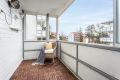 Fra stuen er det utgang til sydvendt balkong på 8 kvm. Balkongen er god av størrelse, og det er fin plass til balkongmøbler, grill, mm.
