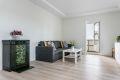 Kamin gir mulighet for vedfyring. Det er lagt pen parkett på gulv i stue, kjøkken og entré. Veggflatene er helsparklet og holdt i nøytrale farger.