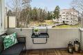 Fra stuen er det utgang til vestvendt, overbygget balkong med grønt og fritt utsyn. Her kan sommerdagene nytes til det fulle!