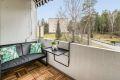 Treheller på gulv gir lunt inntrykk. Videre er balkongen utstyrt med dobbel stikk og markise. Det er tillatt å grille med elektrisk grill.