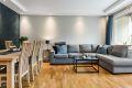 Leiligheten har en romslig stue med god plass til stor sofagruppe med tilhørende TV-møbler, samt spisebord.