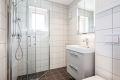 Delikat, flislagt bad/wc med downlights i himling og varme i gulv. Vindu gir naturlig lys inn på badet, og gir mulighet for å lufte. Videre er badet utstyrt med åpen dusjplass med innfellbare dusjvegger.