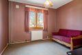 Leilighetens andre soverom ligger i tilknytning til entreen. Dette rommet er også av god størrelse og passer perfekt som barnerom eller kontor, alt etter behov. Rommet vender mot hyggelig grøntareal.