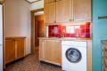 Kjøkkenet er videre utstyrt med 1,5 oppvaskkum og nyere ettgrepskran. Det er installert opplegg til vaskemaskin.