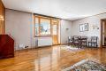 Romslig stue med plass til å møblere i soner. Det er parkett på gulv i stuen, hovedsoverom og i entreen.