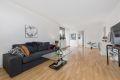 Stue er lys og stor med god plass til sofagruppe og spisestuebord.