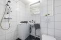 Delikat og pent flislagt baderom med varmekabler i gulvet. Baderommet ble rehabilitert i regi av borettslaget i 2010. Badet er utstyrt med servant med speilskap og overlys, vegghengt toalett, dusjhjørne og opplegg for vaskemaskin (smal type).