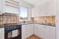 Lys kjøkkeninnredning med god skap- og benkeplass