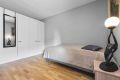 Garderobeskap med folierte fronter på soverom med gode oppbevaringsmuligheter. Rommet ligger skjermet til.