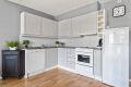 Kjøkken med laminat benkeplate (ny i 2014) med nedfelt kum i rustfritt stål. Malte fliser på vegg over benk, ventilator (Villavent) over stekesone og opplegg for oppvaskmaskin. Hvitevarer som er tilstede på kjøkken vil medfølge boligen ved salg.