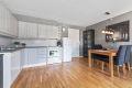 Moderne og åpen kjøkkenløsning i stue med innredning fra byggeårene. God skap- og benkeplass. Profilerte, sprøytelakkerte fronter. Frontene er nylakkert i 2018.