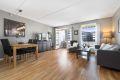 Lys og luftig stue med store vindusflater som gir godt med lysinnslipp. Det er god plass til stor sofagruppe og spisestuebord.