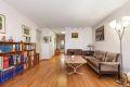 Stor og lys stue med god plass til sofagruppe og TV-møblement