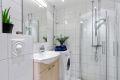 Baderommet inneholder vegghengt toalett, servant m/underskap, speil med overlys, veggskap, innfellbare dusjdører for optimal plassutnyttelse og opplegg for vaskemaskin. Badet ble rehabilitert i regi av borettslaget i ca. 2008.