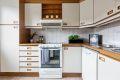 Eldre, men velholdt kjøkkeninnredning. Separat kjøkken med god skap- benkeplass.