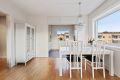 Lys og gjennomgående leilighet med med plass til spisestuebord.