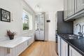 Kjøkkeninnredningen består av ett-spiels lakkerte skapfronter, laminat benkeplate med fliser på bakvegg, 1/2 oppvaskkum, ventilator og innfelte hvitevarer som koketopp, stekeovn, oppvaskmaskin, fristtående kjøleskap