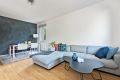 Stor og romslig stue med god plass til sofagruppe og spisebord.