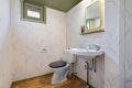 Toalettrom med servant, speil og frittstående wc.