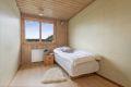 Soverom 2 også i god størrelse med plassbygde garderobeskap som passer utmerket som barnerom/gjesterom eller kontor.