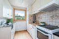 Kjøkkeninnredningen består av slette malte skapfronter, laminat benkeplate med fliser på bakvegg, dobbel oppvaskkum med benkebeslag, ventilator og frittstående hvitevarer som komfyr, oppvaskmaskin