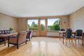 Lys og stor stue med god plass til både sofagruppe med TV-møblement og spisebord
