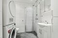 Badet har opplegg for vaskemaskin og det er plass til tørketrommel.