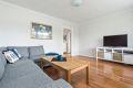 Romslig stue med plass til stor sofagruppe og TV-benk.
