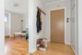 Entre med nyere entredør og plassbygd garderobeskap.