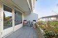 Utgang til en vestvendt solrik balkong på ca. 10 kvm med ettermiddag- /kveldssol. Fliser på gulv, terrassevarmer og elstrisk markiser. Bod på ca. 2,3 kvm