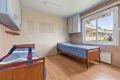 Soverom 2 er også i god størrelse med plassbygd garderobeskap og god plass til dobbeltseng