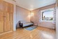 Soverom 1 har idag en delvis åpen løsning mot stue, men med enkle grep kan sette opp lettvegg med dør.