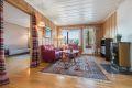 Stor og romslig stue med god plass til sofagruppe og tv-møblement.