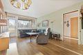 Romslig stue med gode møblingsmuligheter for både sofagruppe og spisebord