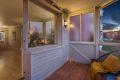 Koselig balkong med treplatting og utebelysning.