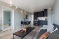 Stue er lys og innbydende og det er plass til spisebord i tillegg til sofagruppe.