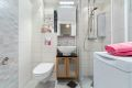 Pent flislagt baderom med varmkeabler. Badet ble pusset opp i regi av borettslaget i 2005, og er utstyrt med vegghengt wc, servant med underskap, dusjhjørne med buet front og skyvedører. Opplegg for smal vaskemaskin.