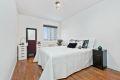 Romslig soverom med god plass til dobbeltseng og nattbord