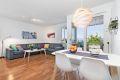 Lys og stor stue med god plass til sofagruppe med tv-møblement og spisebord