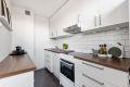 Kjøkken er utstyrt med frittstående stekeovn, kjøle-/ fryseskap og oppvaskmaskin. Delvis åpen kjøkkenløsning mot stuen