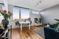 Lys, luftig og koselig stue med store vindusflater som slipper inn godt med lys.