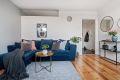 Stuen har en åpen og romslig løsning med god plass til sofa, sofabord og tv-møbler.