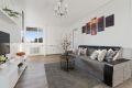 Lys og romslig stue med god plass til sofagruppe.