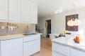 kjøkkeninnredning med slette folierte høyglansfronter, laminat benkeplate, enkel underlimt