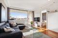 Stue med store vindusflater som gir godt med lys inn.