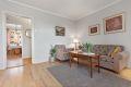 Stue med lyse vegger og pent gulv.