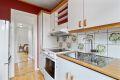 Eldre kjøkken, men velholdt kjøkkeninnredning som har godt med skap- og benkeplass.